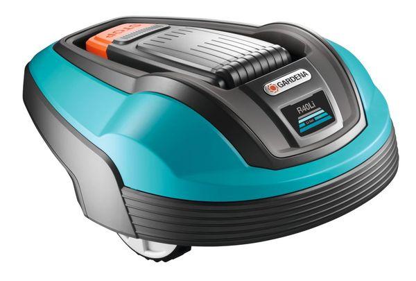 Robotizēts zāles pļāvējs Gardena R40Li  Specifikācija Darba laukuma izmērs: 400 m² +/-20%; Uzlādēšanas sistēma: Automātiska; Maksimālais zālāja slīpums: 25%; Akumulatora tips: Li-ion; Aptuvenais uzlādes laiks: 90min; Vidējais pļaušanas laiks akumulatoram: 60min; Enerģijas patēriņš: 20W; Pļaušanas mehānisms: 3 rotējoši asmeņi; Pļaušanas augstums, min-max: 20-50mm; Pļaušanas platums: 17cm; Drošības aprīkojums: Brīdinājuma signāls, PIN kods, Uzstādījumu nobloķēšana, Bloķēšanas laiks, Pacelšanas sen